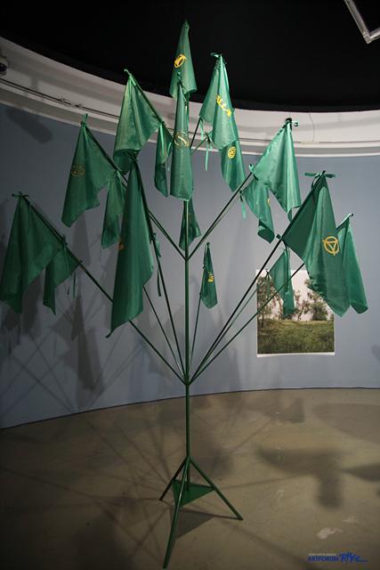 11. 유비호_근대의 나무2, 200x200x300cm, 철제봉, 1970~80년대 한국의 대표적인 플랜트기업 로고 깃발, 2011
